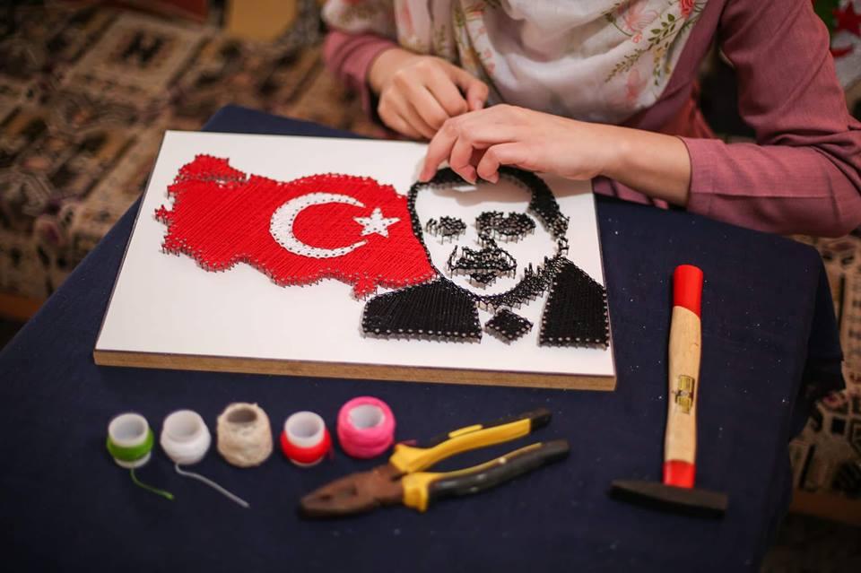 رسومات وشاح تستوحيها من احداث ومناسبات سياسية واجتماعية